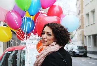 Melanie mit bunten Luftallons führt ein erfülltes Leben