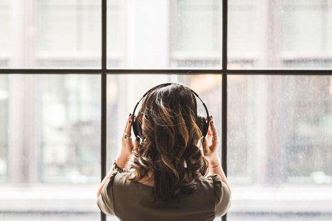 Riatuale - Frau hört Musik