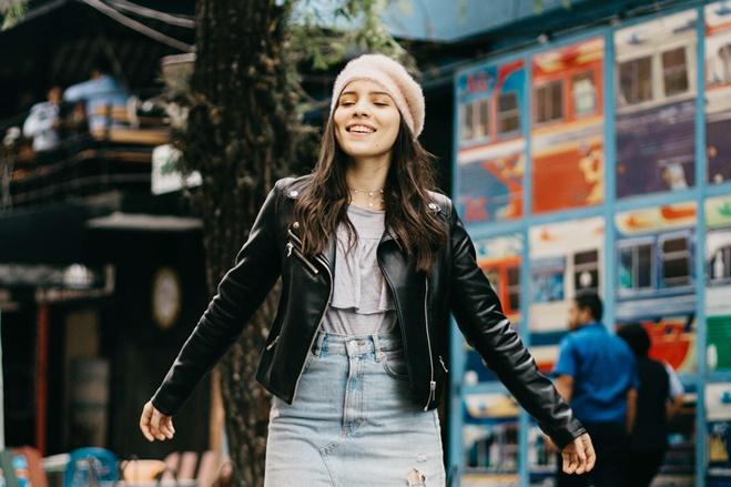 Eine Frau ist glücklich befreit von negative Glaubenssätze