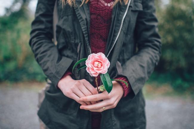 Eine Frau mit Rose versucht ihre Angst mit EFT zu beruhigen
