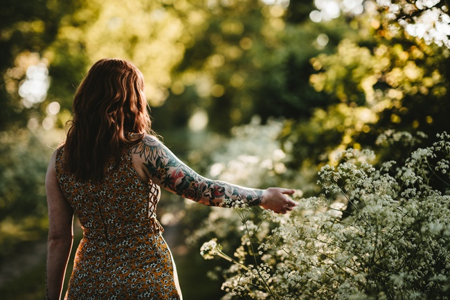 Eine Frau, die Blumen hält und zu lieb ist