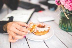 Emotionales Essen - eine Frau isst einen Donut