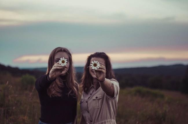 Zwei Menschen, die sich gern haben mit einer Blume