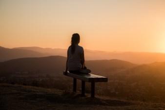 Eine Frau nimmt sich Zeit für ihre Intuition