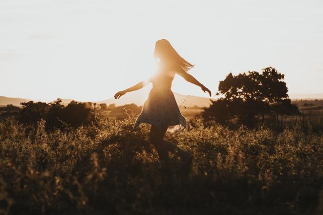 Eine Frau tanzt und lebt ihre Leidenschaft