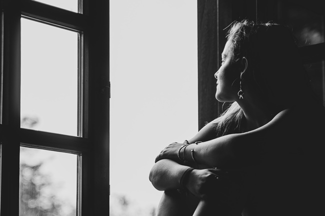 Eine Frau grübelt über ihre Denkfehler