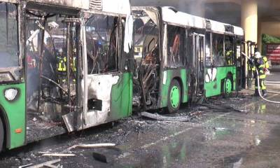 Bus stand in Flammen