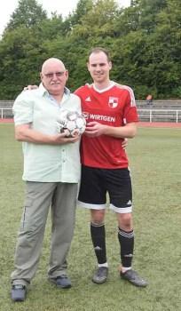"""Fußballfan Werner Pohl zeichnete nach der Partie Adrian Glos als """"Man of the Match"""" aus   Foto: SVW"""