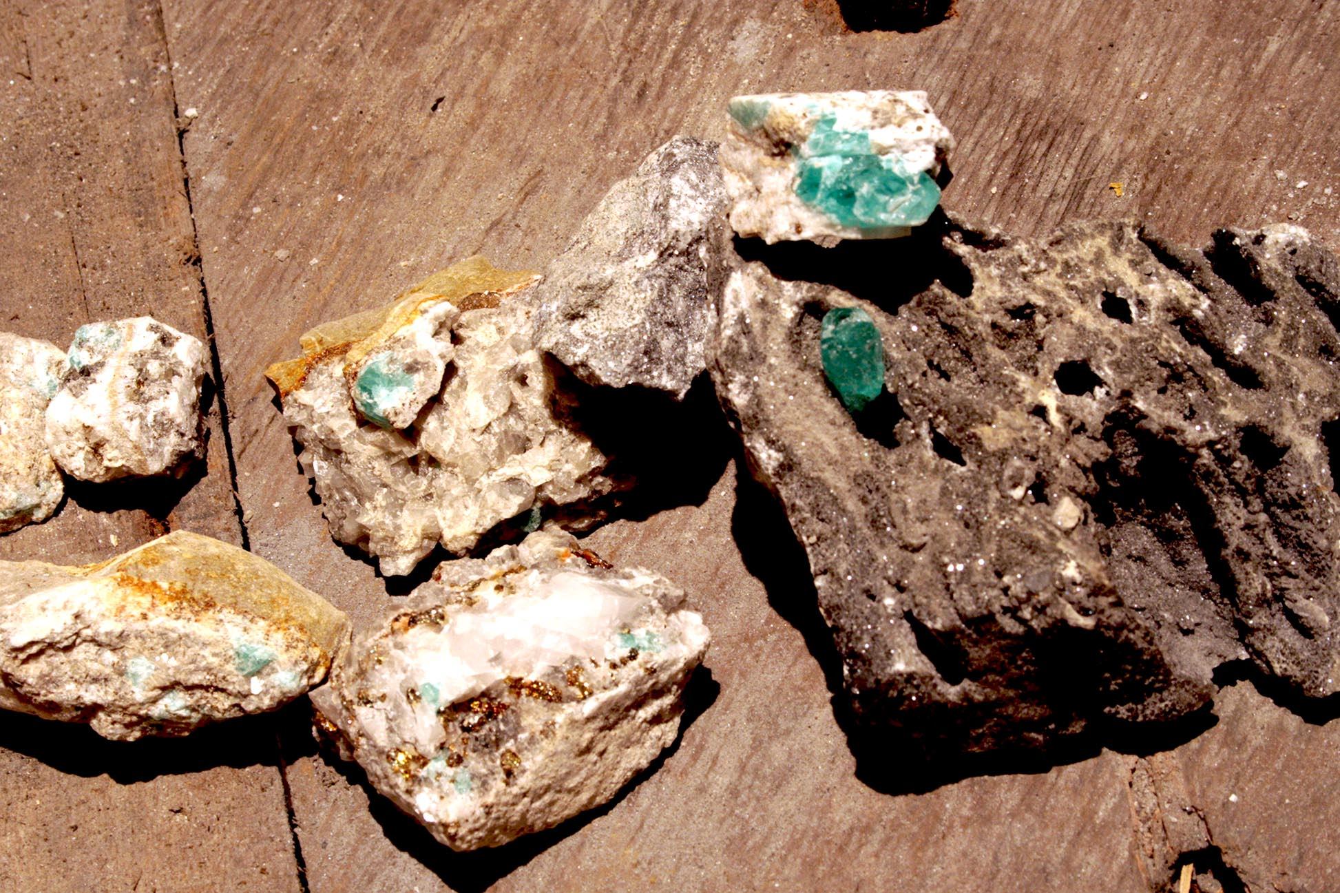Honoka's Previous ExhibitionsRaw Emerald Mining with Honoka