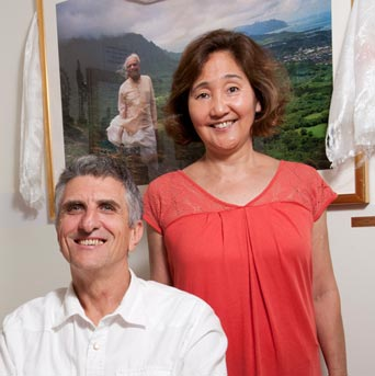 Ray Madigan and Shelley Choy in front of a picture of BKS Iyengar