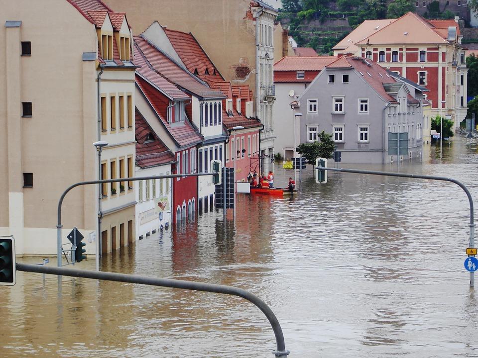 洪水に沈むドイツの町