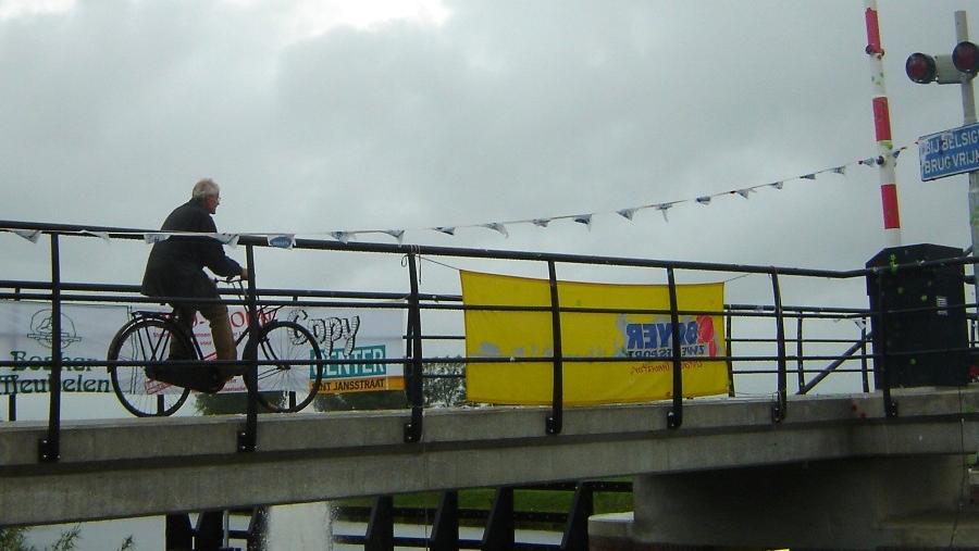 Henk Wegman opent fietsbrug aduard