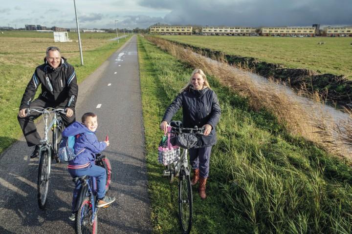 Allart Keltholt uit Gravenburg & Ria Jansma uit de Held + zoontje Sjoerd op Fietspad Gravenburg-de Held