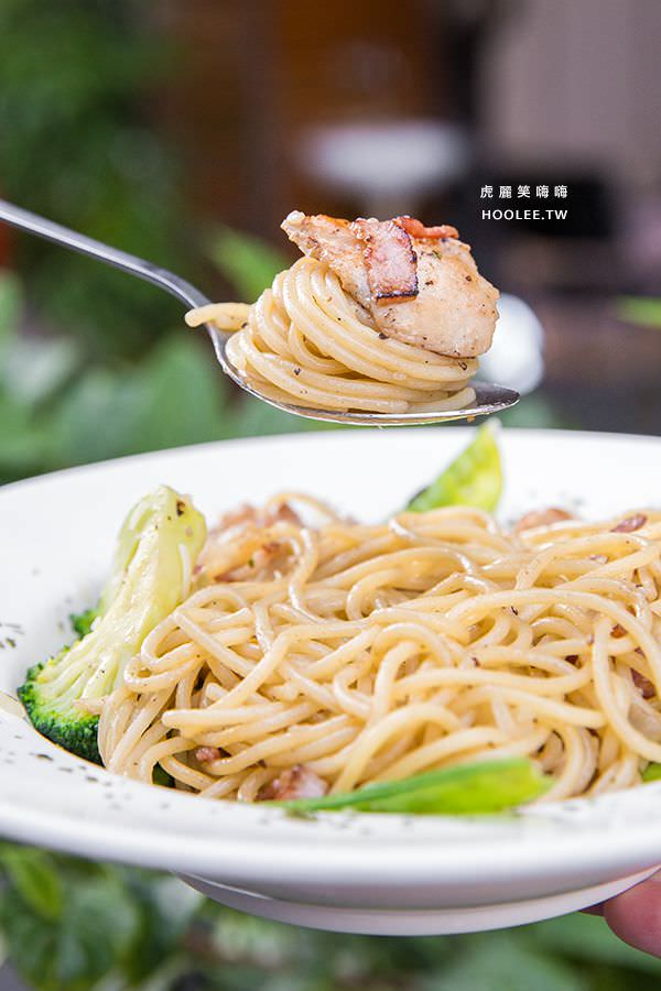 Q比Kitchen 高雄 今日特餐 NT$100 附飲料(紅茶/綠茶/可樂/雪碧)香蒜培根雞肉義大利麵乾炒