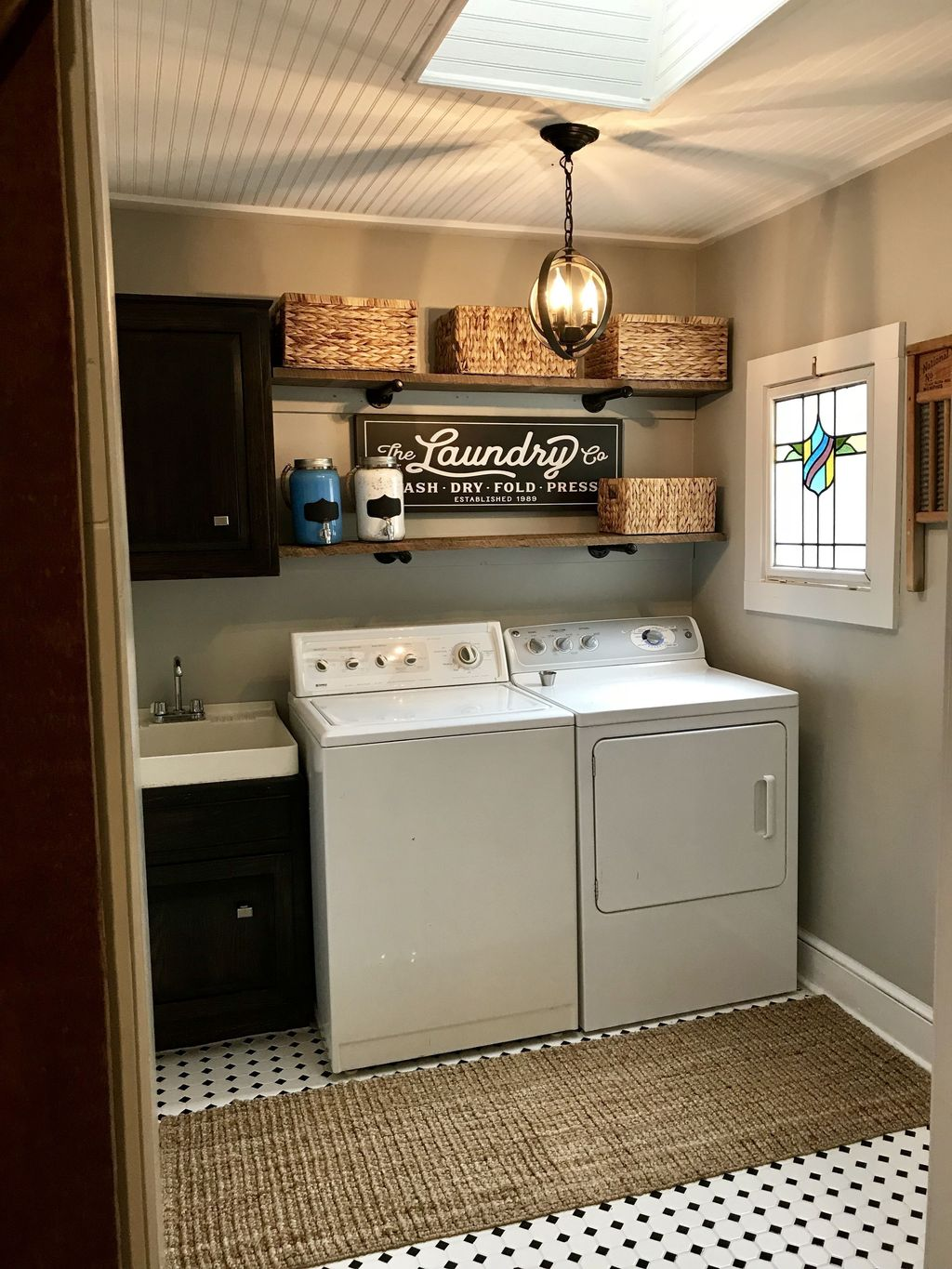 Inspiring Small Laundry Room Design And Decor Ideas 27