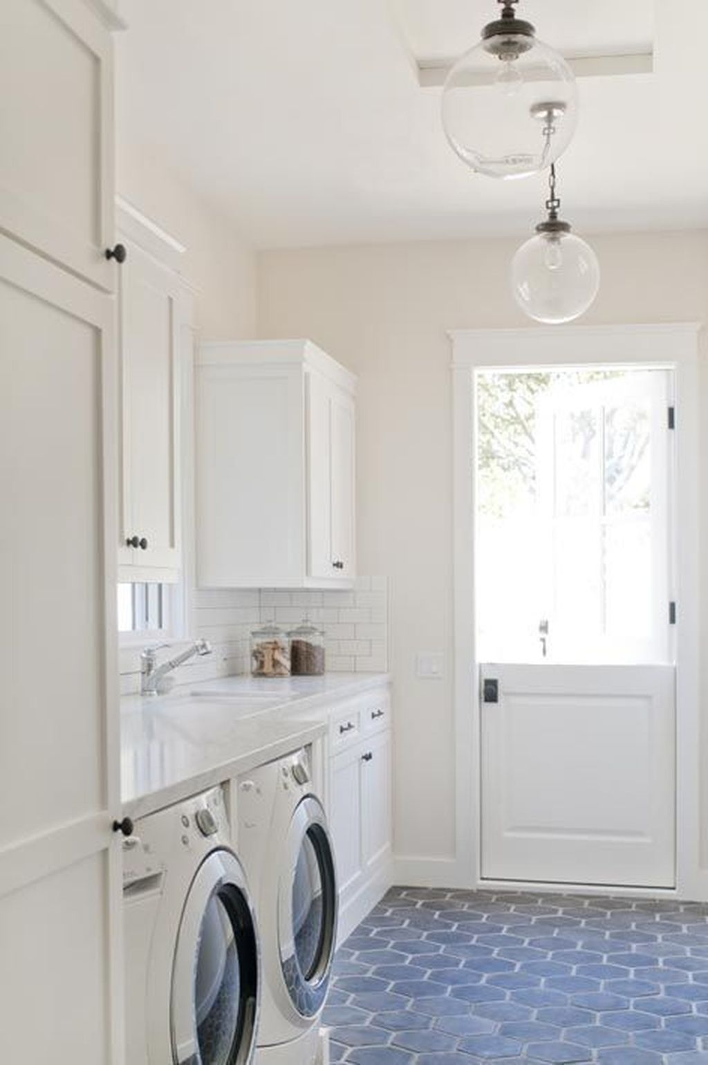 Inspiring Small Laundry Room Design And Decor Ideas 31