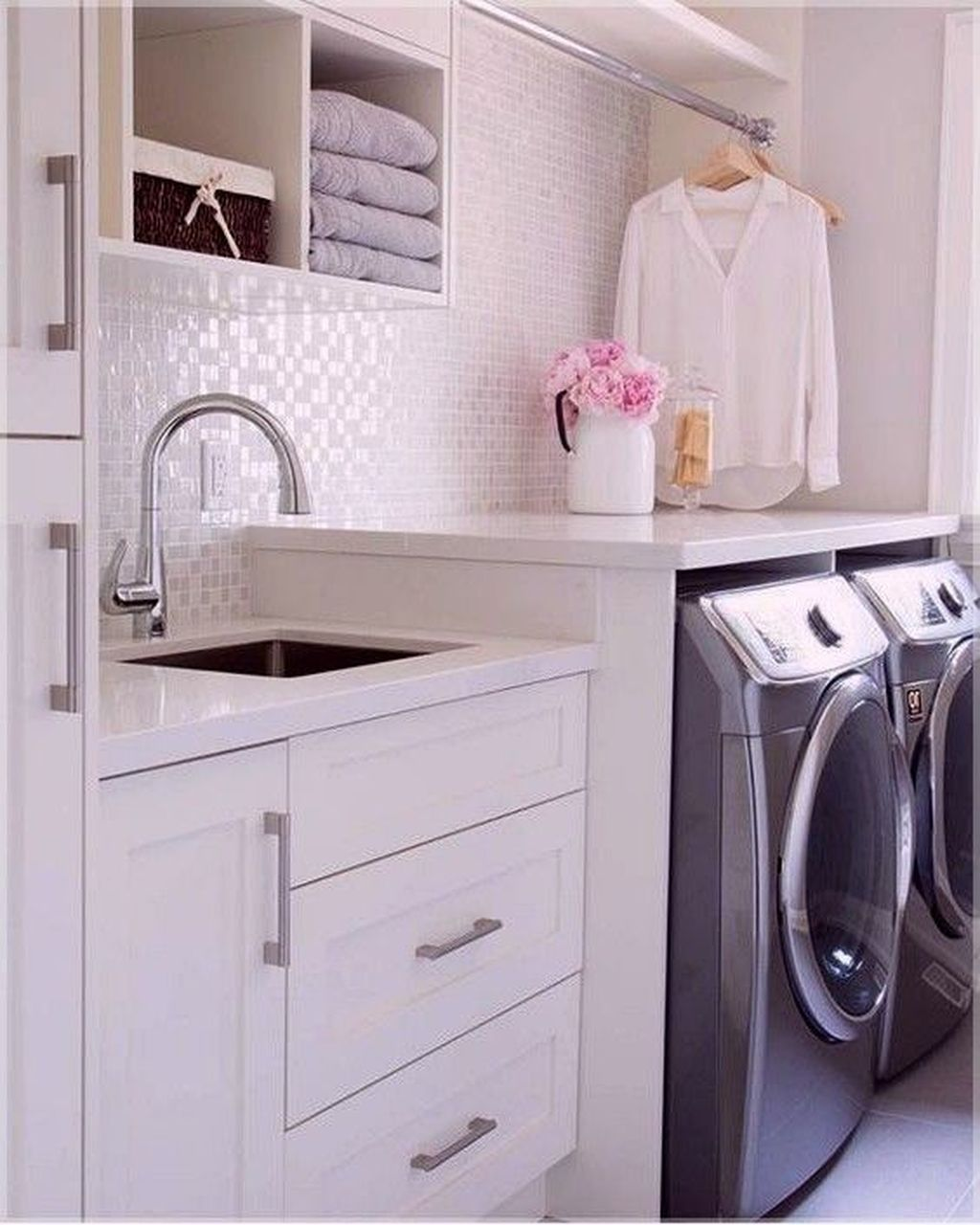 Inspiring Small Laundry Room Design And Decor Ideas 34
