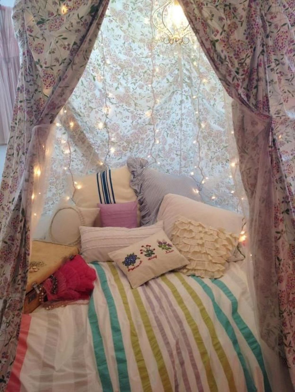 Lovely Romantic Canopy Bed Design Ideas For Your Bedroom 05