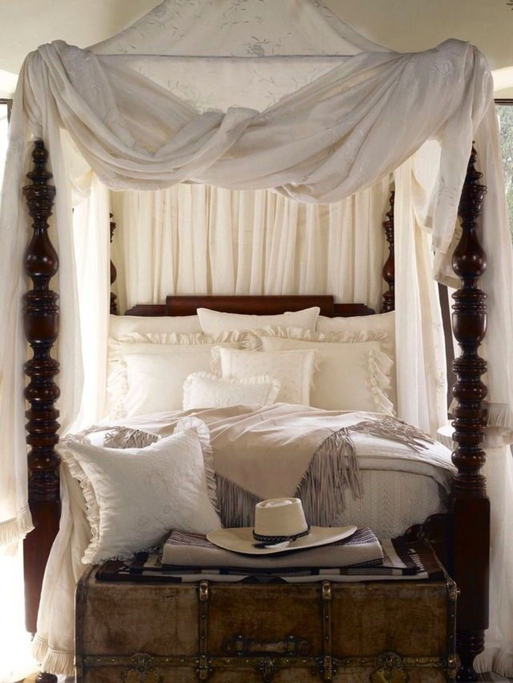 Lovely Romantic Canopy Bed Design Ideas For Your Bedroom 13