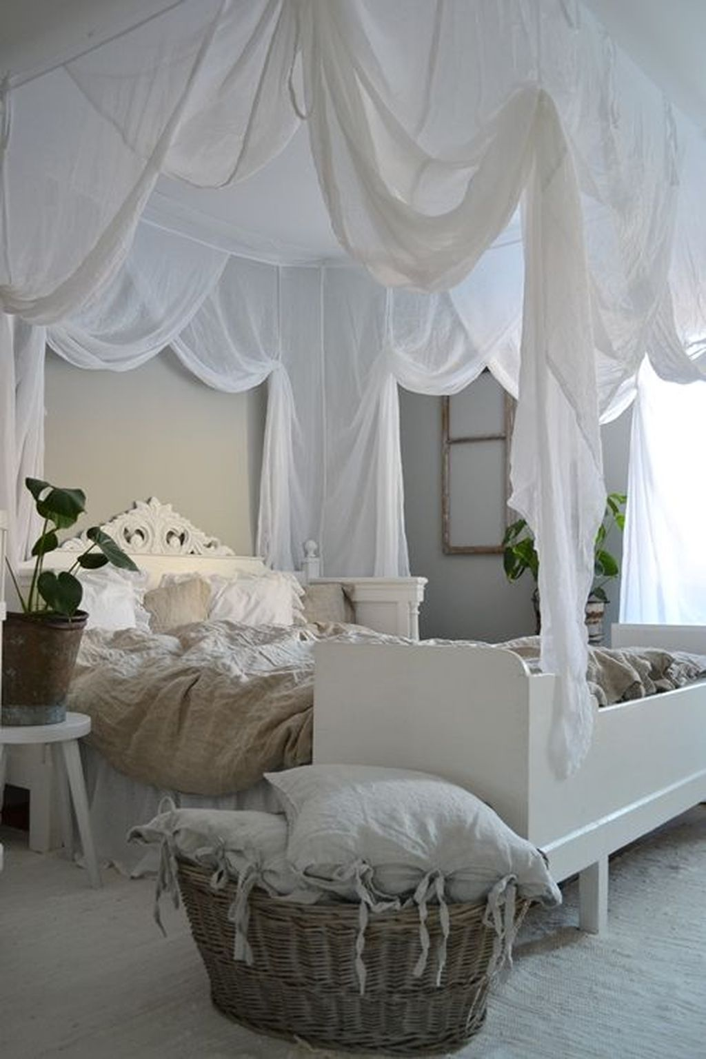 Lovely Romantic Canopy Bed Design Ideas For Your Bedroom 19