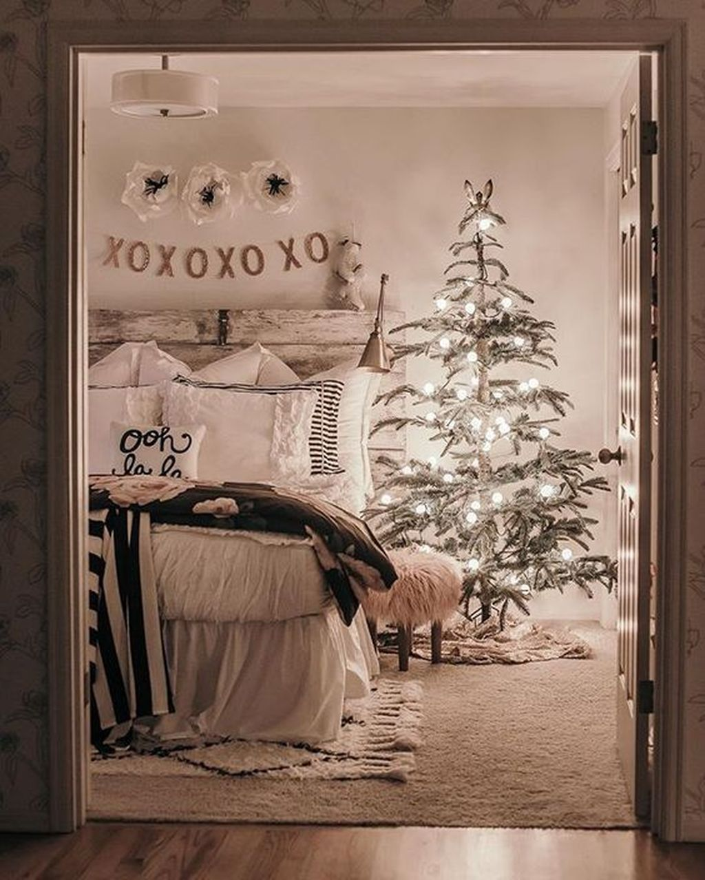 Amazing Farmhouse Style Christmas Bedroom Ideas 18