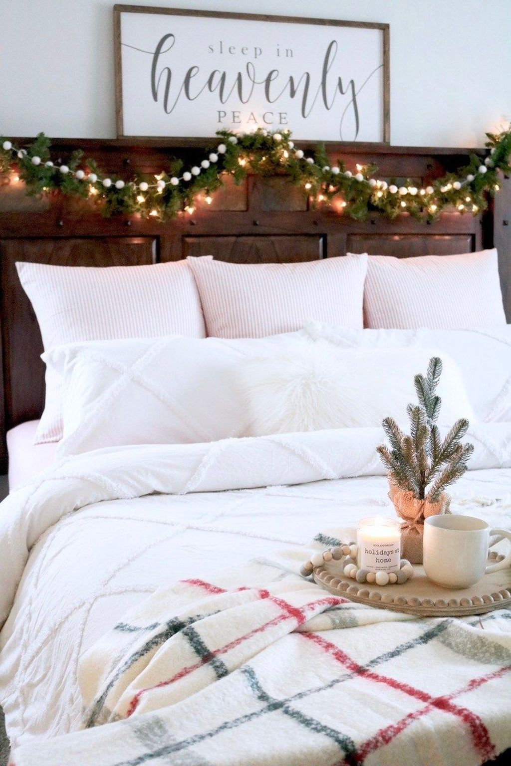 Amazing Farmhouse Style Christmas Bedroom Ideas 33