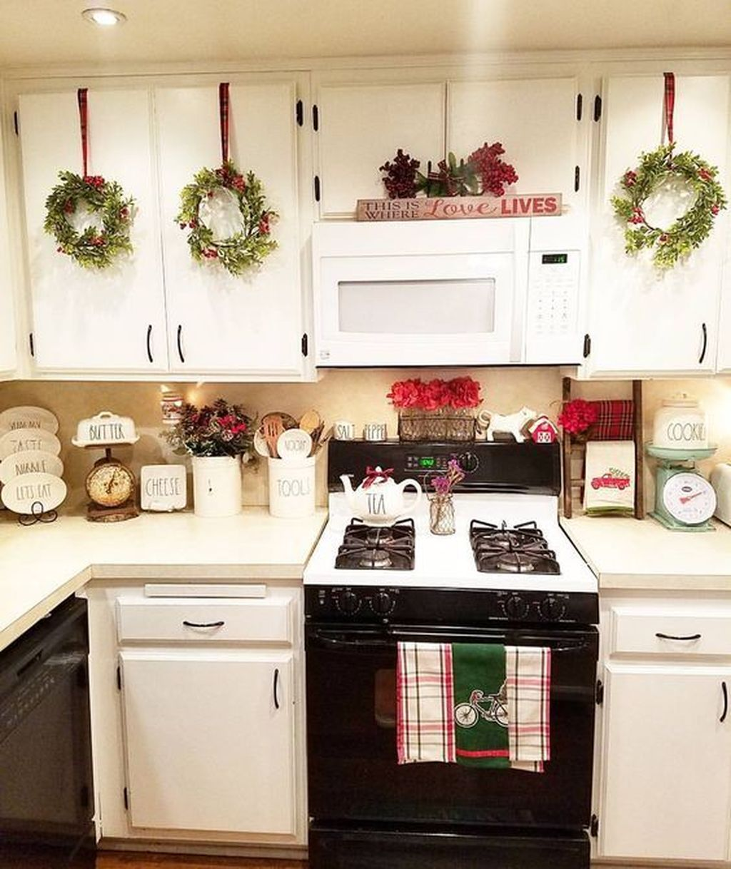 33 Awesome Christmas Theme Kitchen Decor Ideas - HMDCRTN
