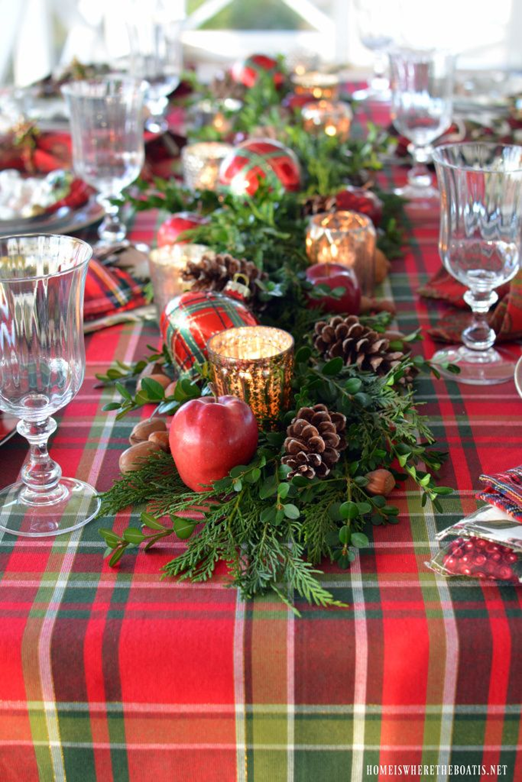 Beautiful Christmas Table Centerpieces For Your Dining Room 12
