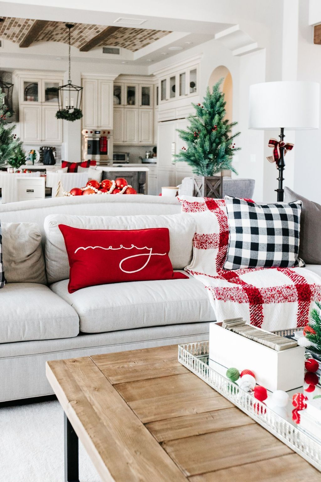 Gorgeous Christmas Living Room Decor Ideas To Look More Beautiful 06