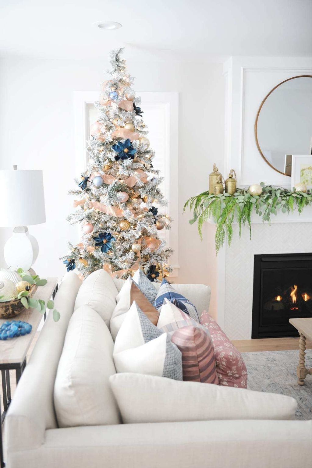 Gorgeous Christmas Living Room Decor Ideas To Look More Beautiful 17