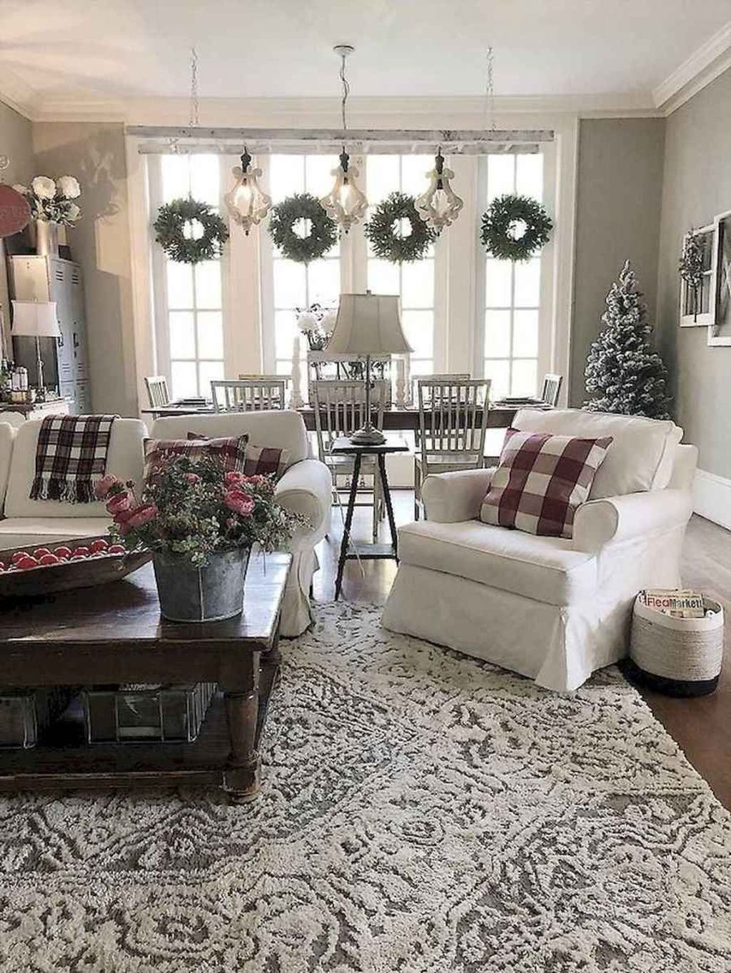 Gorgeous Christmas Living Room Decor Ideas To Look More Beautiful 28