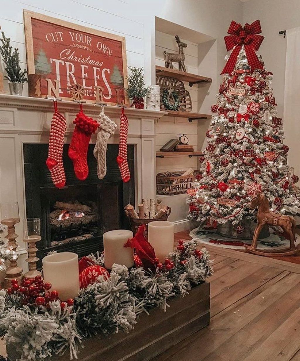 Gorgeous Christmas Living Room Decor Ideas To Look More Beautiful 35