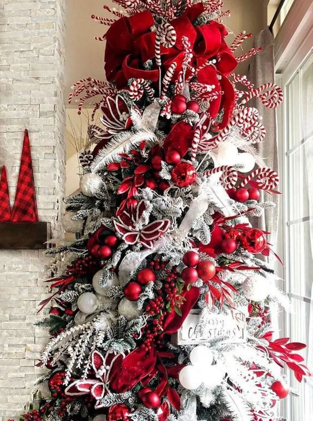 Lovely Christmas Tree Ideas To Beautify Your Interior Decor 26
