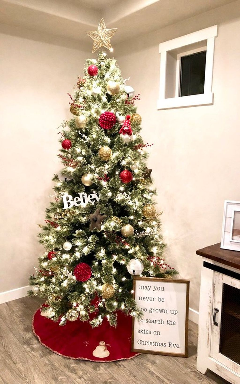 Lovely Christmas Tree Ideas To Beautify Your Interior Decor 38