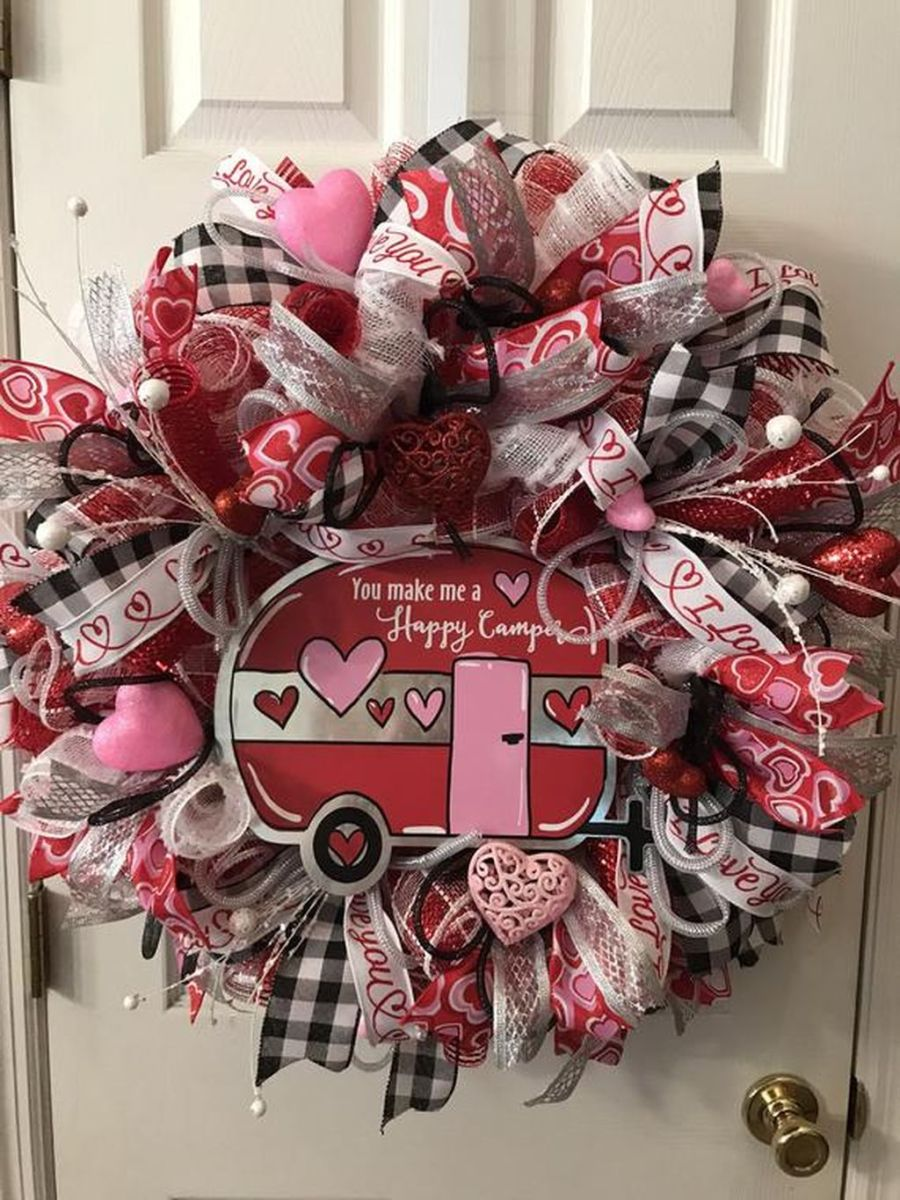 Fabulous Valentine Wreath Design Ideas FOr Your Front Door Decor 19