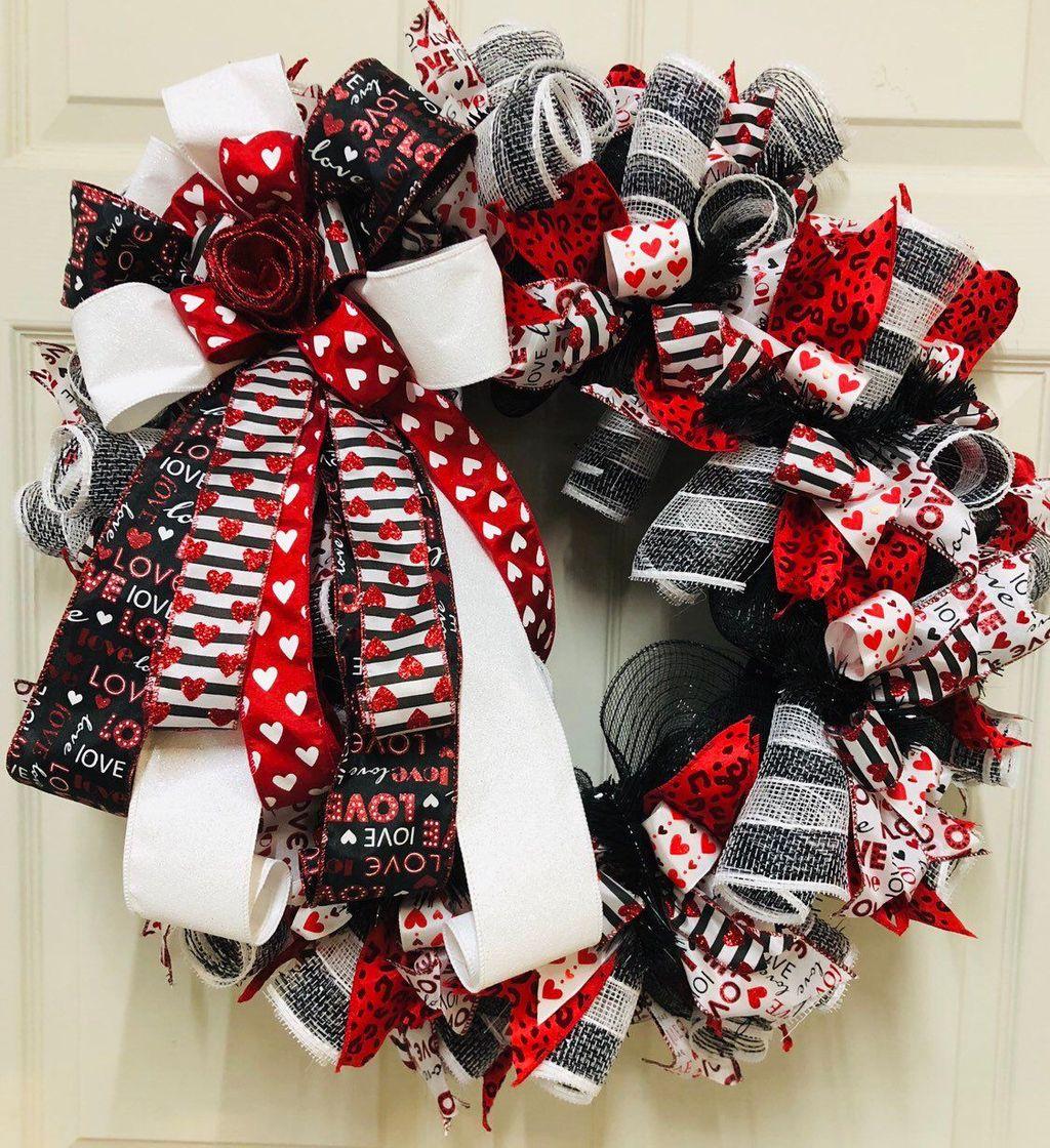 Fabulous Valentine Wreath Design Ideas FOr Your Front Door Decor 39