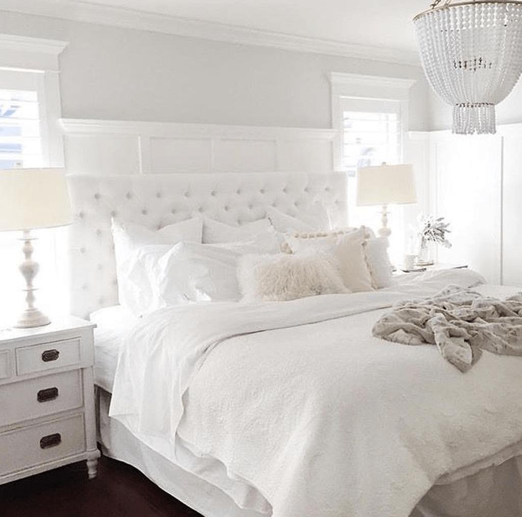 35 Beautiful White Master Bedroom Decorating Ideas - HMDCRTN
