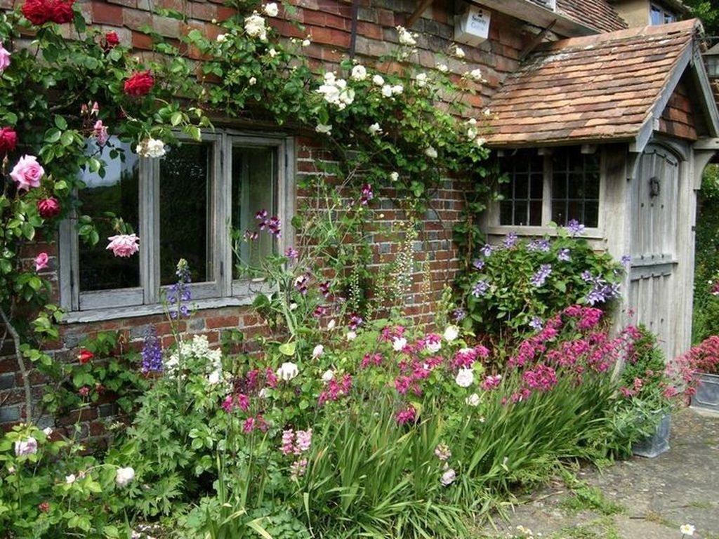 Fascinating Front Yard Cottage Garden Decor Ideas 19