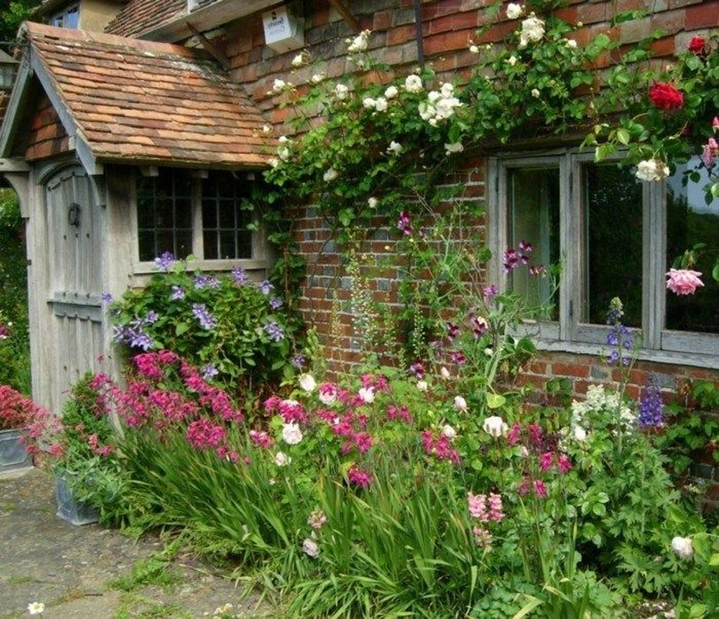 Fascinating Front Yard Cottage Garden Decor Ideas 31