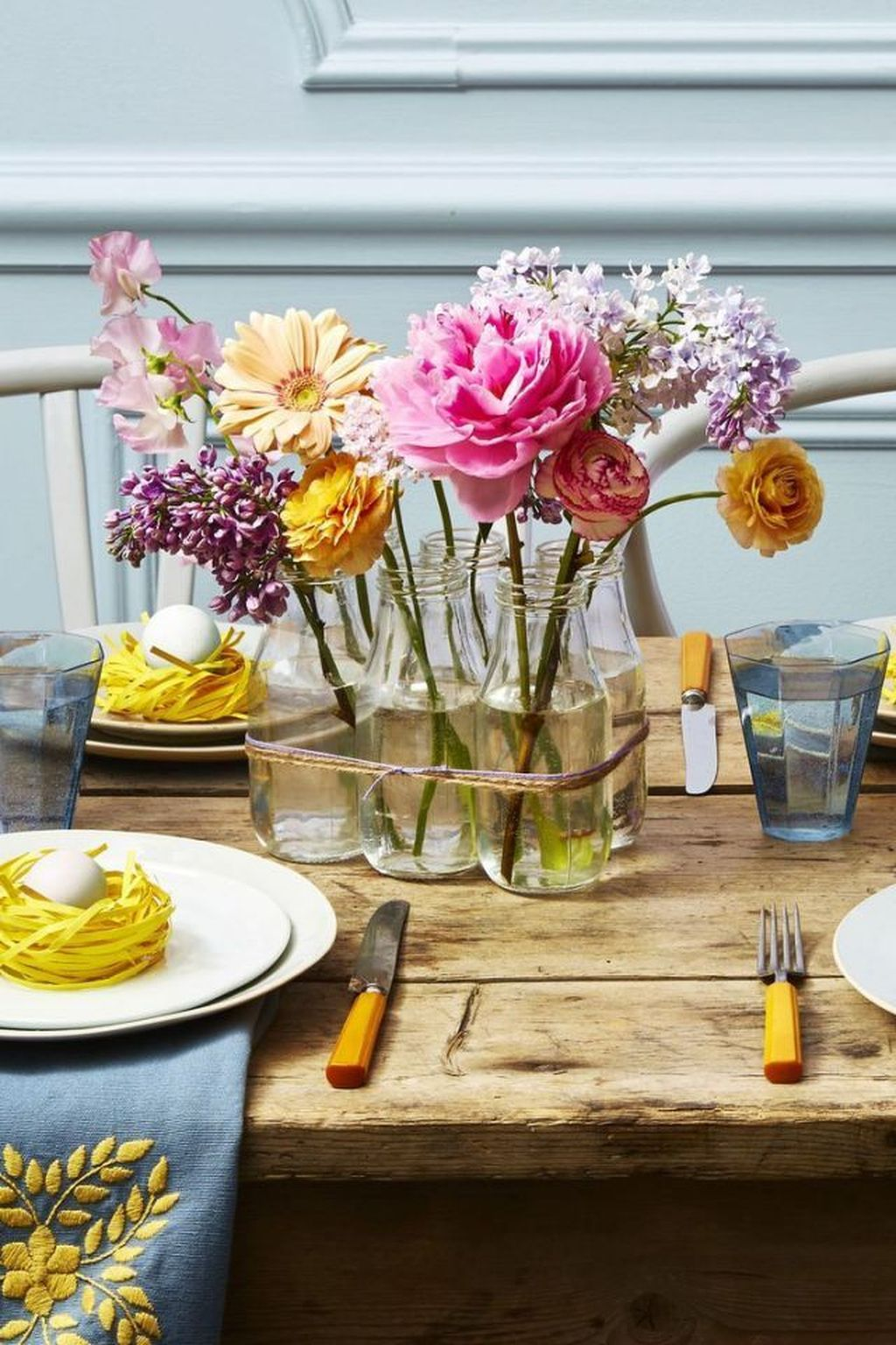 Gorgeous Spring Centerpieces Ideas For Dining Room Decor 04