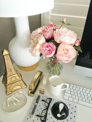 Inspiring Simple Work Desk Decorations and Setup 22
