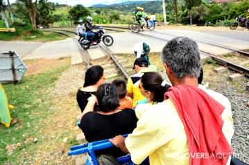 Unos turistas son transportados en brujita