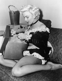 9-retro-pictures-of-our-favorite-it-girls-celebrating-christmas-1580353-1449082029.600x0c