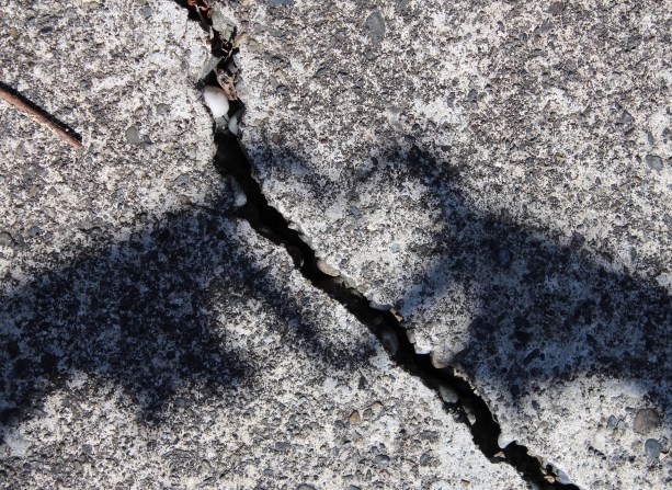 cracked heart-905598_1920