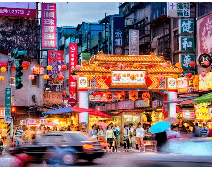 Exploring the night markets in Taipei is a must in the evening. Find out where to go and what to do here. #taipei #taipeinight #taipeinightmarkets #taiwan