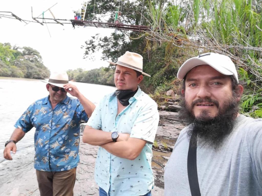 El cineasta Álex Jácome (centro) visitó en estos días Loja y Zamora Chinchipe.
