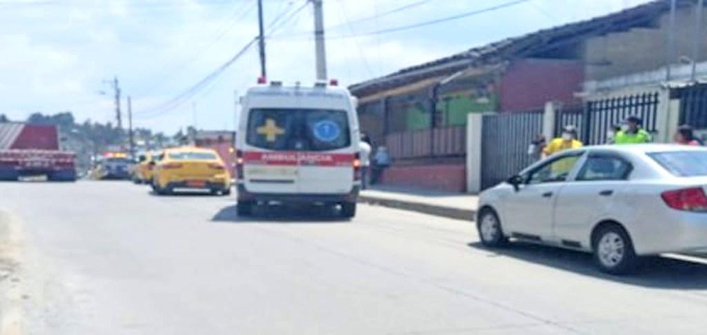 Los paramédicos socorrieron a la niña.