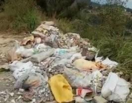 Personas amantes de la naturaleza lamentan la presencia de basura y escombros en estos lugares.