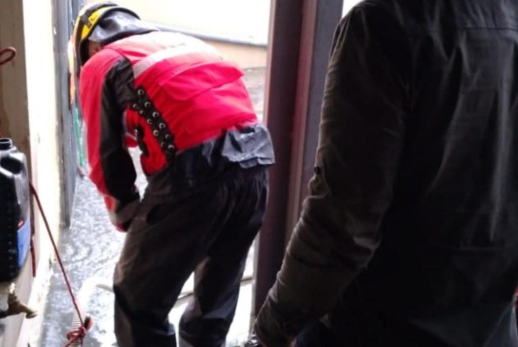 Los bomberos lojanos tuvieron una agitada tarde, el miércoles anterior. Hubo afectaciones en viviendas. (Foto cortesía Cuerpo de Bomberos de Loja)