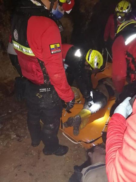 Bomberos de varios cantones acudieron al rescate.